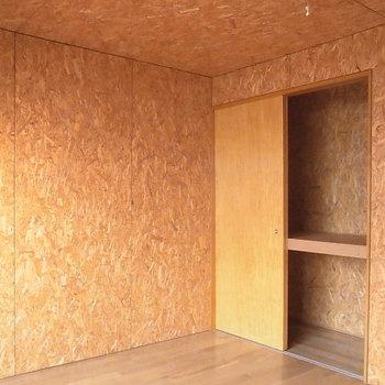 収納内までOSB素材を使った個性的なデザイン*写真は同タイプの別部屋