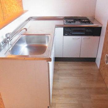 L字の大型キッチン ガス2口です*写真は同タイプの別部屋