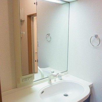 鏡の大きな洗面台。※写真は前回募集時のものです。