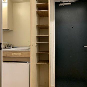 スリムなシューズボックスの棚は可動式です。※写真はクリーニング前のものです