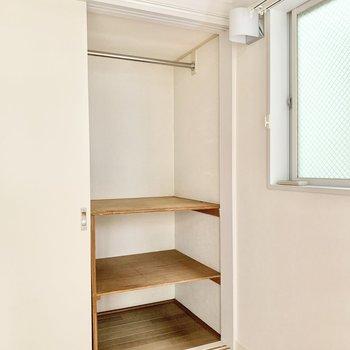 反対側は棚付き。収納ボックスを置いたりと。