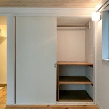 収納は棚付き。反対側を開けると丈の長い洋服が掛けられるようになっています。※写真はクリーニング前のものです