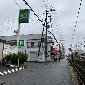 線路沿いにはスーパーや飲食店がありました。