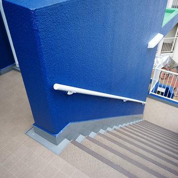 階段もブルー!