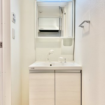 洗面台。蛍光ライトが顔を明るく照らしてくれます。