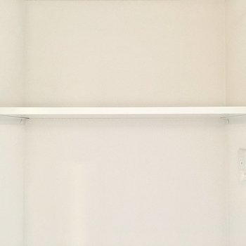上の棚には洗剤やタオルを。(※写真は4階の反転間取り別部屋のものです)