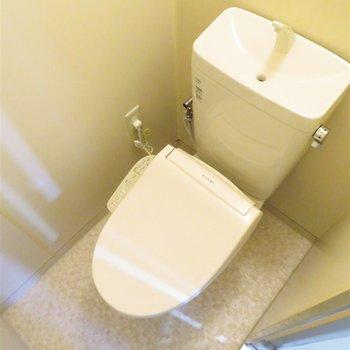 温水洗浄便座付きのトイレ(※写真は5階の反転似た間取り別部屋のものです)