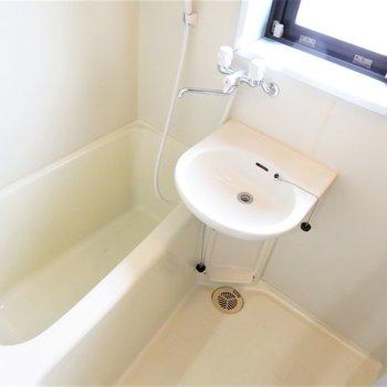 お風呂には小窓も(※写真は5階の反転似た間取り別部屋のものです)