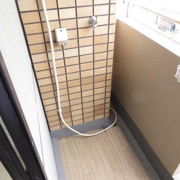 洗濯機置き場は外です(※写真は5階の反転似た間取り別部屋のものです)