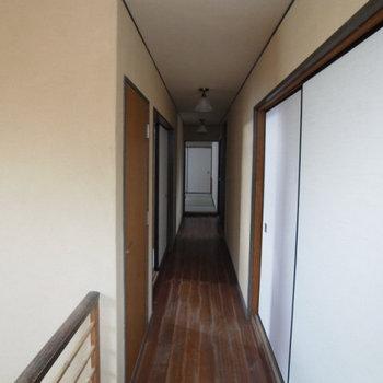 狭い廊下は昔ながらの雰囲気