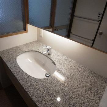 大理石がクールな洗面台