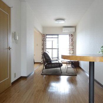 LDKは縦長。動線を確保しやすいから家具が配置しやすい!(※写真の家具・小物は見本です)