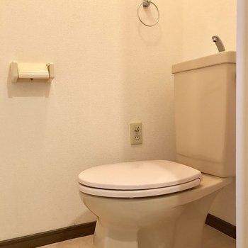 シンプルなトイレ。カバーで可愛くしましょ。
