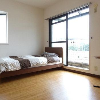 ベッドを置いてもこんなに広々!デスクも置けちゃいそう!(※写真の家具・小物は見本です)