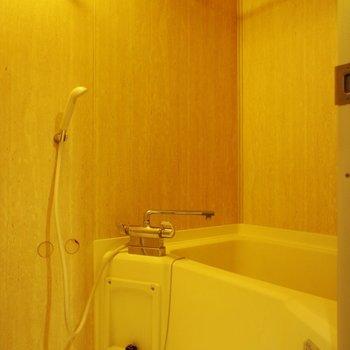 お風呂のアクセントクロスは木目調