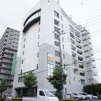 大きなマンション、低層階にはテナント