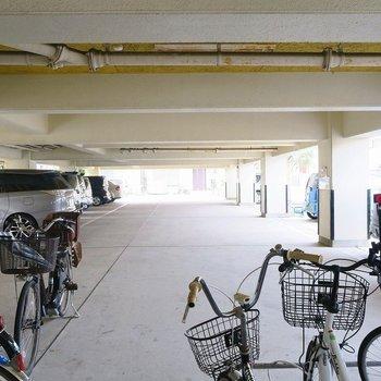 共用部】1階には駐車場と自転車置場!