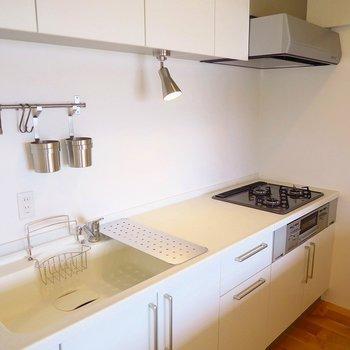 人造大理石のキッチンはガスコンロ三口 ※前回募集時の写真