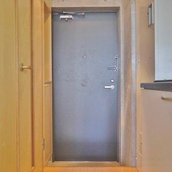 玄関はシンプルに