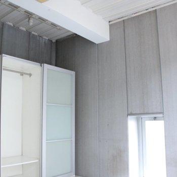 小窓もありますよ。※写真は3階の同間取り別部屋のものです。