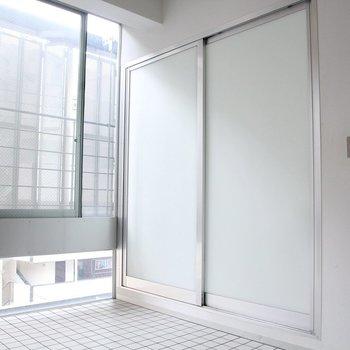 バスルームとの境にある引き戸を閉めるとスッキリ!※写真は3階の同間取り別部屋のものです。