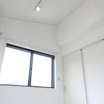 勾配天井で開放感あり※写真は別部屋 ※前回募集時の写真です
