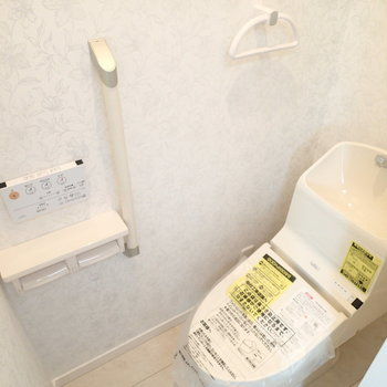 トイレも最新型。よくお腹痛くなるぼくには手すりが嬉しい※写真は別部屋 ※前回募集時の写真です