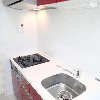 キッチンは赤!オーナーの奥様の意見を参考にしたそうです。※写真は別部屋 ※前回募集時の写真です