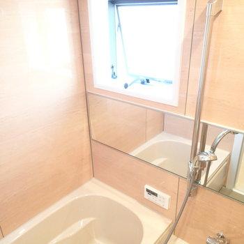 お風呂にも窓が。浴室乾燥に追焚きもありますよ※写真は別部屋 ※前回募集時の写真です
