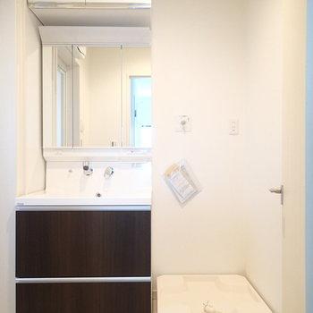 洗面台の横に洗濯機置場。※写真は別部屋 ※前回募集時の写真です
