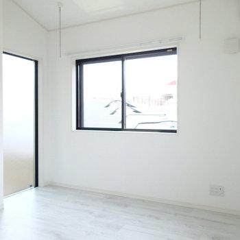 左の窓は開きません。光のための窓です※写真は別部屋 ※前回募集時の写真です