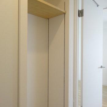 こちらには高さ調節可能な棚