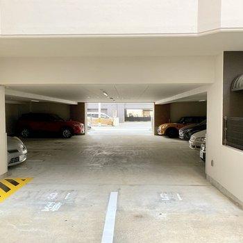 1階部分は駐車場に。