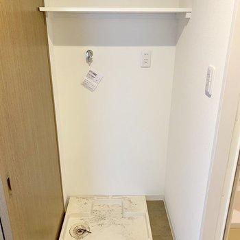 洗面台の向かい、バスルーム入口に洗濯機を置けます。(※写真は10階の反転間取り別部屋、清掃前のものです)