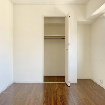洋室には扉で隠せるクローゼットあります。(※写真は10階の反転間取り別部屋、清掃前のものです)