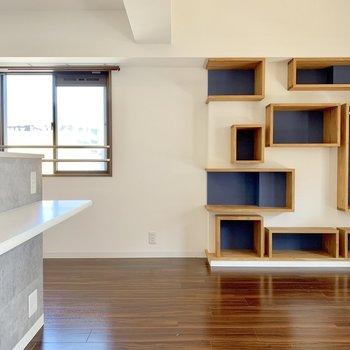 キッチンのカウンターにもコンセントがあるのはささやかな嬉しいポイント。(※写真は10階の反転間取り別部屋、清掃前のものです)