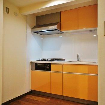 キッチンはオレンジ、これがまたいい感じ!