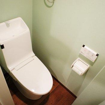 トイレにも窓ありますよ。