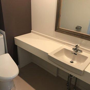 洗面とトイレは同スペースに。ホテルライクでかっこよくね。