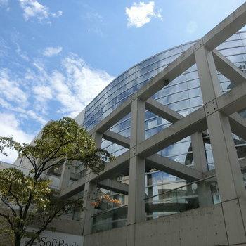 用賀駅、南口を出たところ。テラスのような構造体がおしゃれだな。