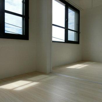 窓に映る青空。そして日向。※写真は別部屋です