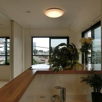 キッチンからの眺め。風が心地よく吹き抜ける。※写真は別部屋です