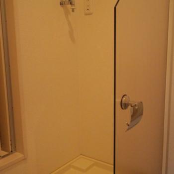 洗濯機置き場はトイレの隣