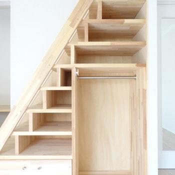 階段下はしっかり収納。本やCDも置けるし、雑貨も置きたい。