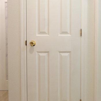 トイレのドアがヨーロピアンぽくて素敵。