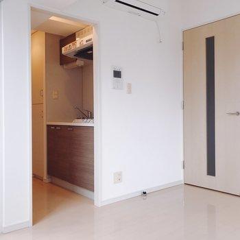 収納はドア横に。