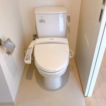 トイレは上部に収納棚がついています。