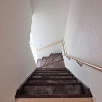 階段はかなりの急こう配なので、降りるときは特に注意です。