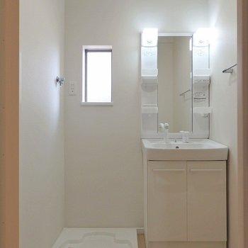 洗面スペースは小窓付きで爽やか。