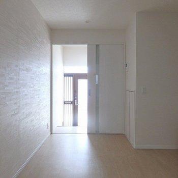 1階は白を基調としたシンプルな造り。